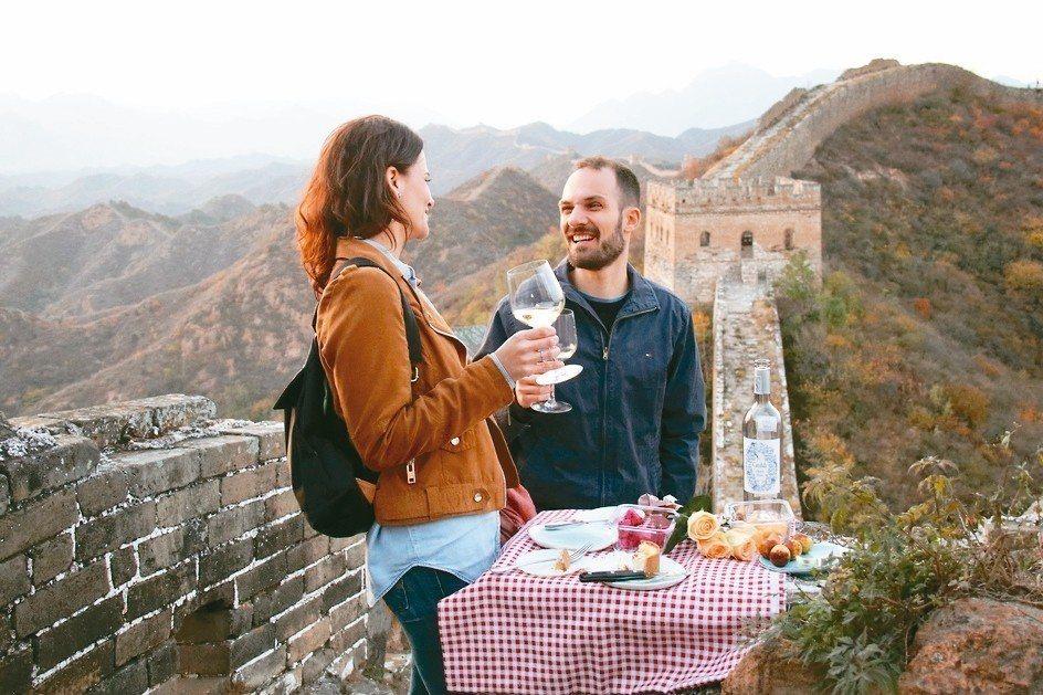 浪漫的洋人在長城上野餐,他們想在北京有小孩。 圖/陳志光