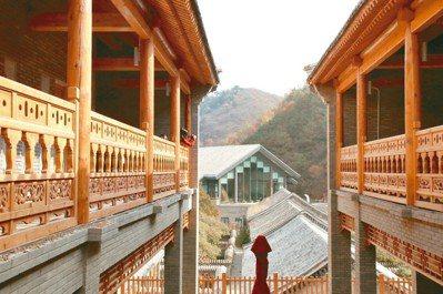 融入當地文化的特色建築與遠方氣派的大堂。 圖/陳志光