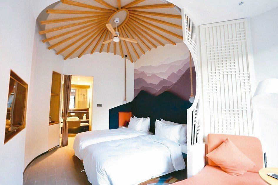 既新潮又有藝術底蘊的房間,屋頂的傘花更是畫龍點睛。 圖/陳志光