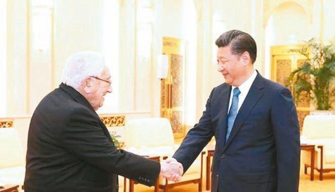 大陸國家主席習近平(右)8日會見美國前國務卿季辛吉,強調中美對彼此戰略意圖要有準...