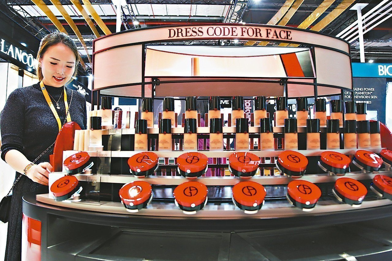 圖為廠商在上海進博會展示最新化妝品。 中新社