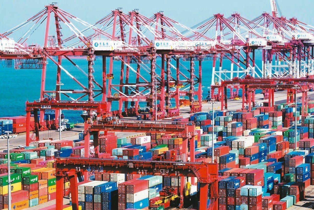 大陸10月進出口數據優於預期。圖為天津港口的貨櫃和車輛。 新華社