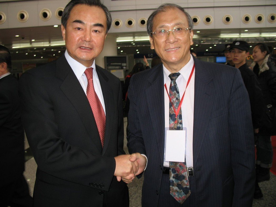 蔡豐名(右)多年前在重慶三峽博物館展出時,受到中國外交部長王毅(左)參觀時的鼓勵...