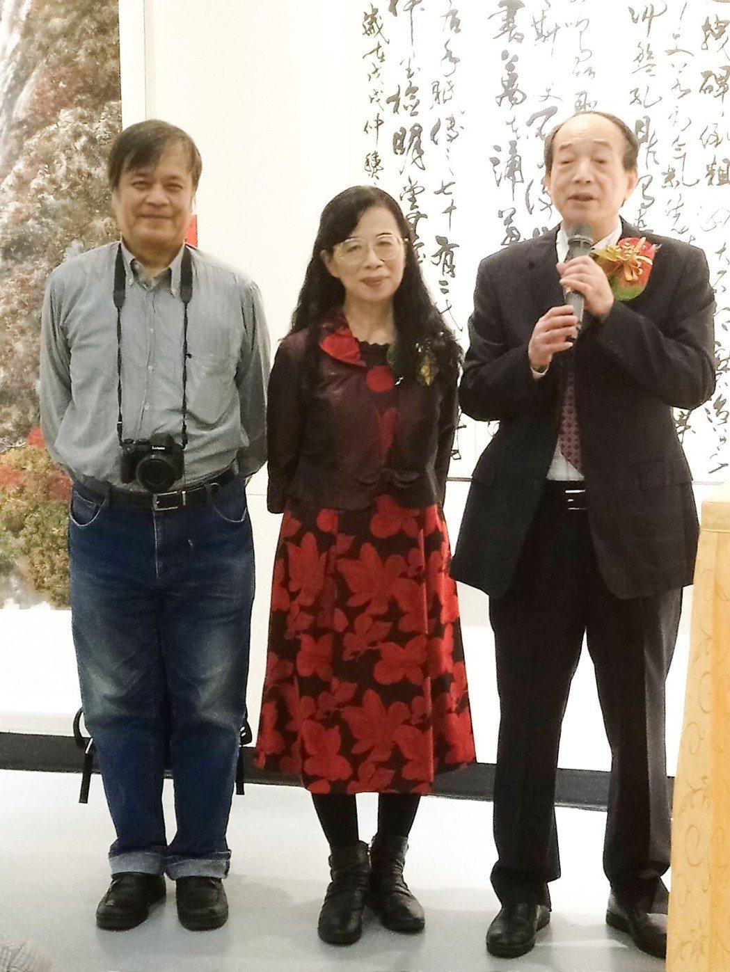 在藝文界默默耕耘的涂璨琳教授(右一)及此次個展的創作者廖慧雪(中)及夫婿謝政儀。...