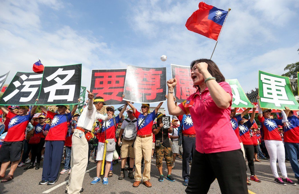 軍公教在凱道大遊行,以「反汙名、要尊嚴」標語抗議年金改革。圖╱聯合報系資料照片