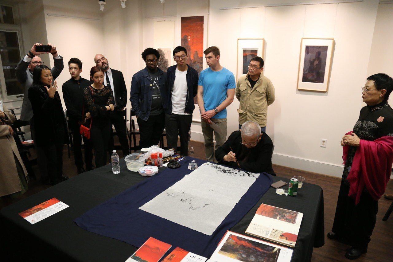 華裔美國人博物館開放日首秀,書畫家楊思勝展中國書畫魅力。 記者羅曉媛攝影