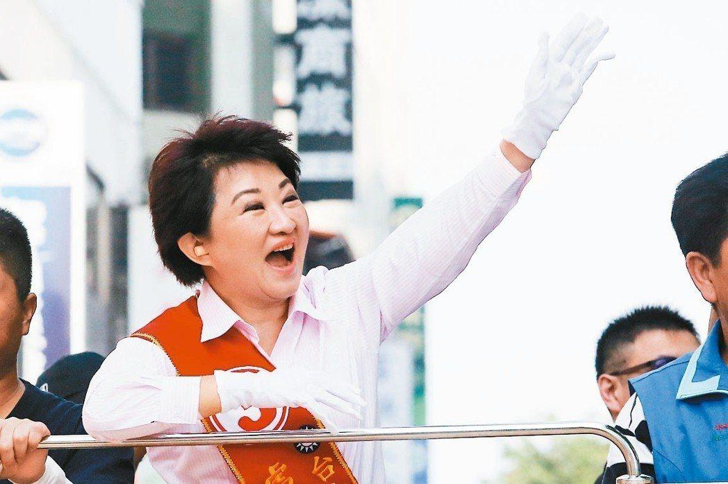 國民黨台中市長候選人盧秀燕在台中市區進行掃街拜票。 記者黃仲裕/攝影