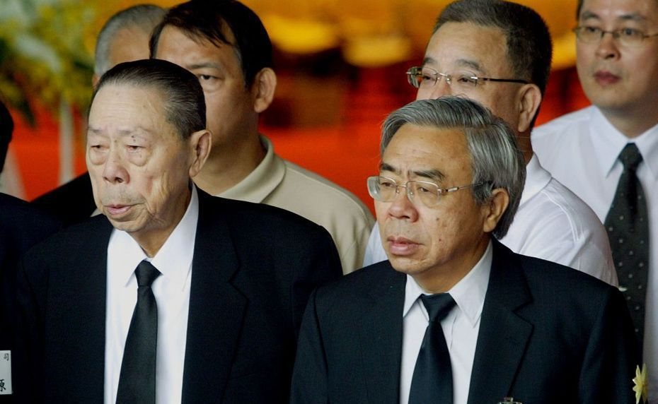 王永在先生夫人、總裁王文淵的母親李碧鑾老夫人今日辭世。圖為台塑創辦人王永在(左)與台塑集團總裁王文淵(右)父子。 聯合報系資料照片
