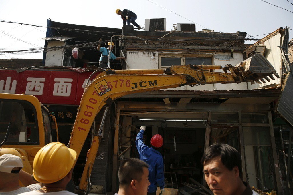 北京在老城區整治「開牆打洞」已將近兩年,不少店家把住宅房屋外牆的窗戶改為門洞,或...