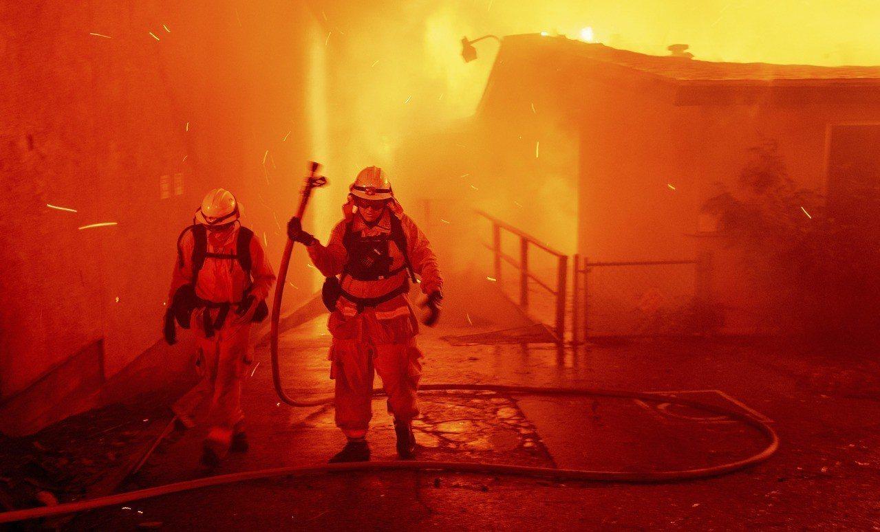 加州北部坎普野火火勢移動迅速,一路延燒穿越小鎮天堂鎮,目前已傳出死傷通報,數十棟...