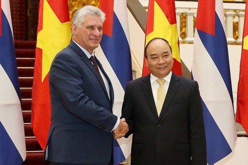 古巴總統狄亞士-卡奈(左)8日起訪問越南3天,9日會見越共中央總書記、國家主席阮...
