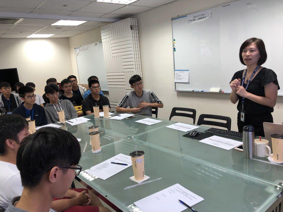 專班學生參訪采威 圖/采威國際資訊 提供