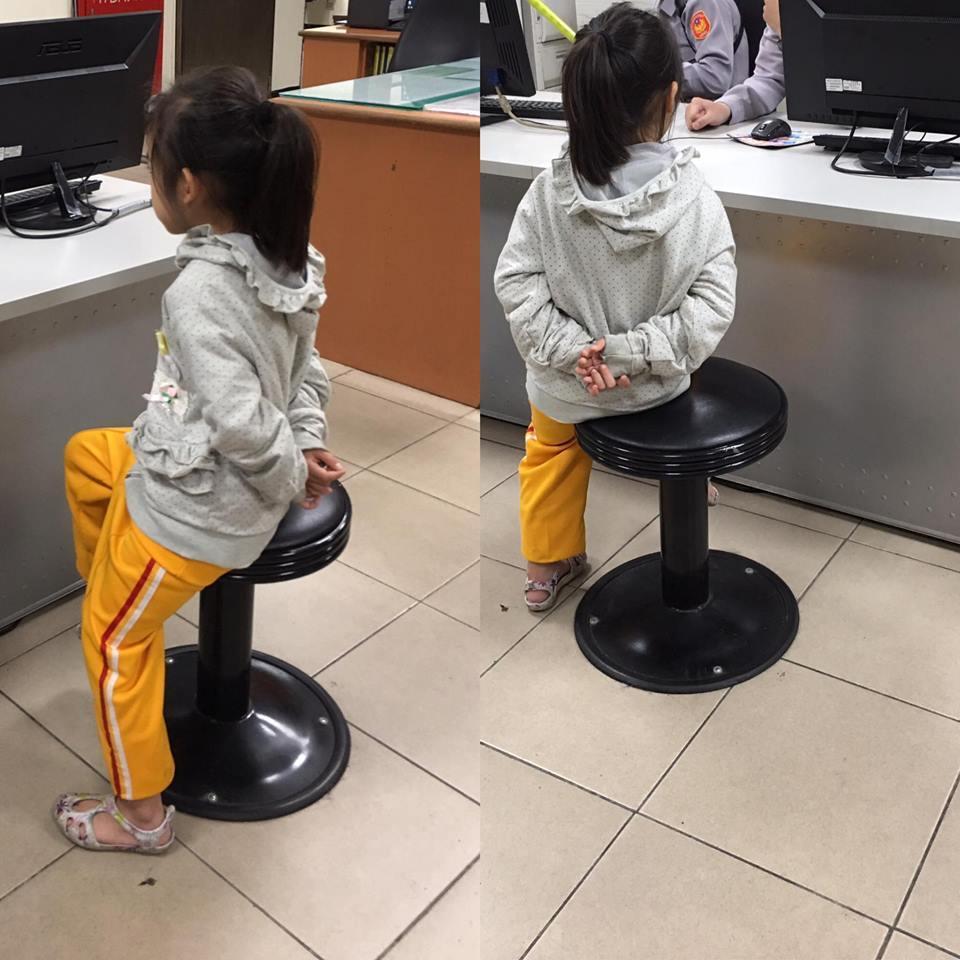 小一女生因為老是忘記戴安全帽,被媽媽送進警察局「請警察幫忙教育一下」。圖擷自...