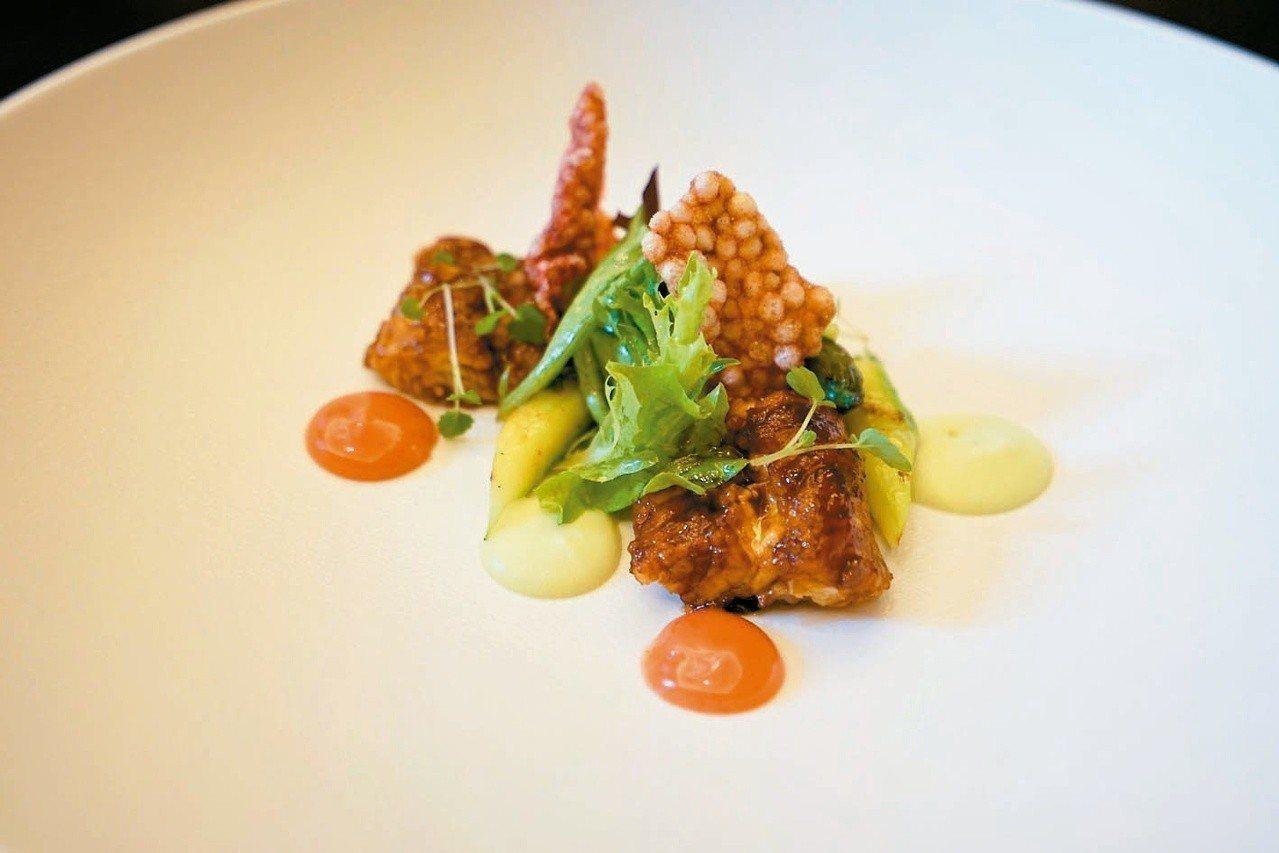 胡桃木煙燻鱸鰻,是另一道令人驚豔的料理,尤其吸附滿滿煙燻味的青蔬,餘味繞樑。