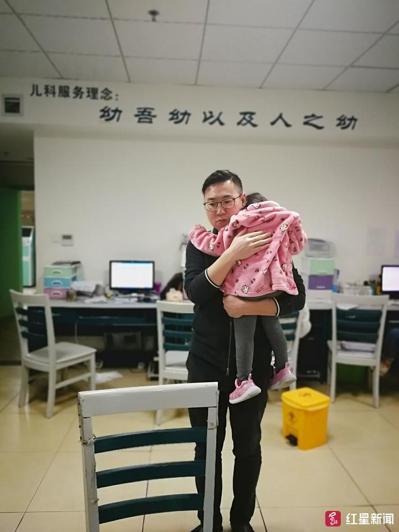 腸胃科醫師劉蔚的女兒突然發燒,但他選擇優先幫急診病患手術。圖取自紅星新聞