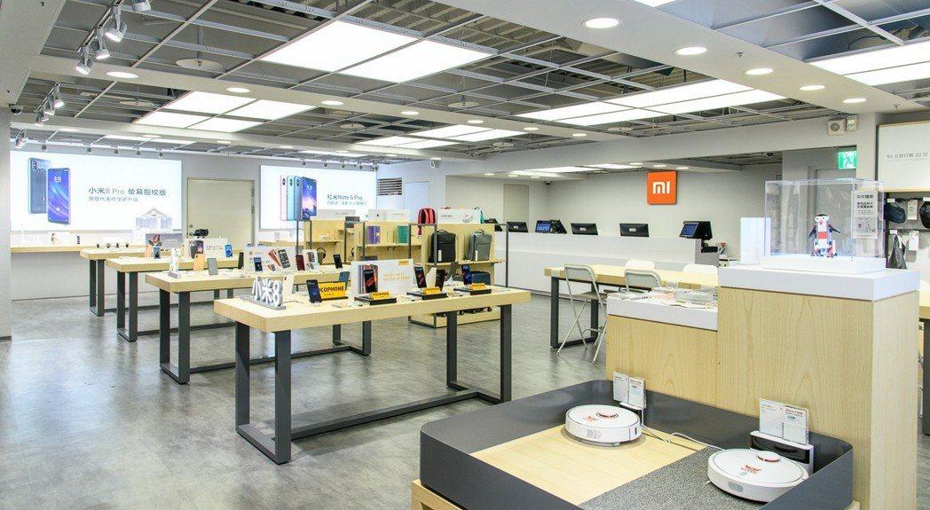 小米台茂店占地約40坪,白色簡約設計搭配溫暖木質傢具,提供寬敞舒適的購物空間。 ...