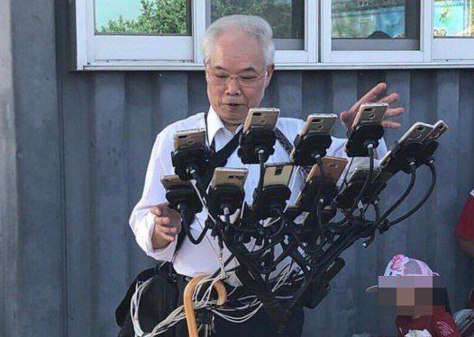 「寶可夢阿公」在腳踏車裝設多台手機的照片,被國外網友瘋傳。圖片來源/Twitte...
