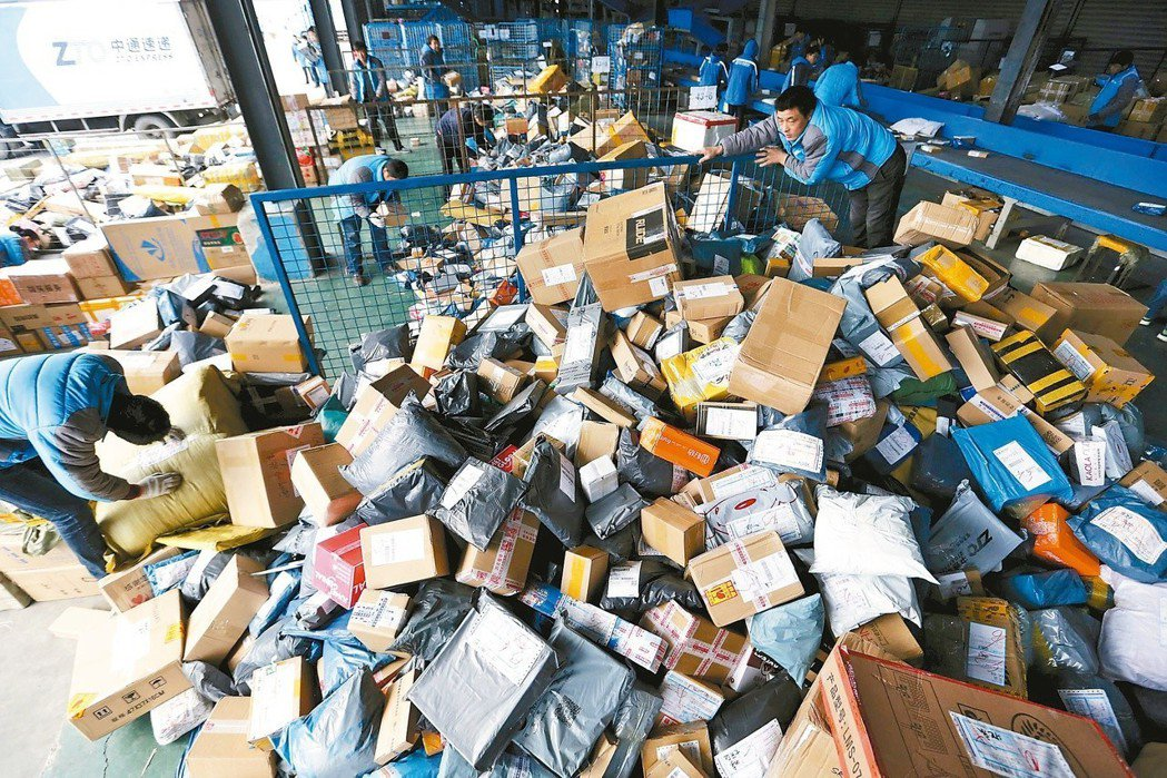 雙11讓快遞中心的包裹堆積如山。圖/路透社