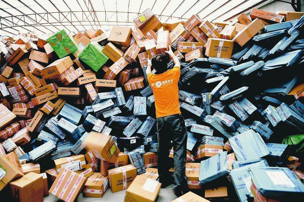 網購熱潮都帶來數以萬計的包裹,快遞業者莫不全體總動員迎戰送貨高峰。圖/新華社