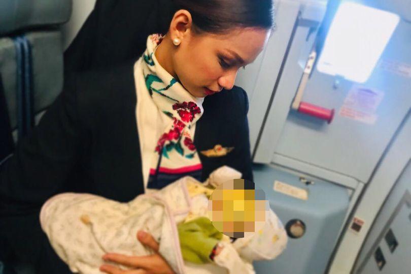 空姐見嬰兒因肚子餓而不斷哭鬧,便挺身而出為嬰兒哺乳。圖片來源/鏡報