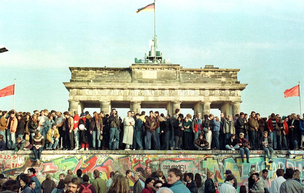 「據我所知,就是現在,即刻生效。」東德人衝向圍牆,擋不住的邊防軍也只得放行開放柏...
