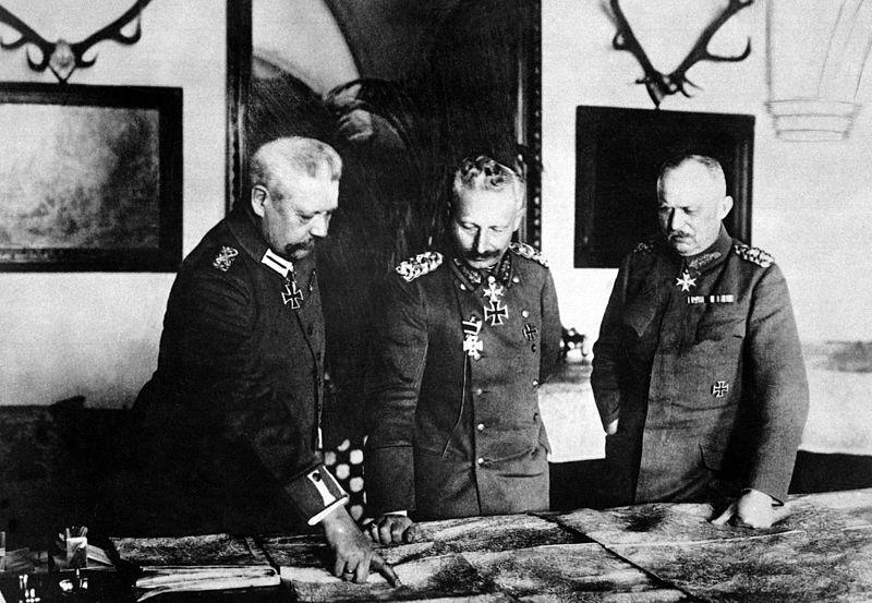 威廉二世(圖中)如同被架空的「影子皇帝」。左為德國總參謀部總參謀長興登堡,右為德...