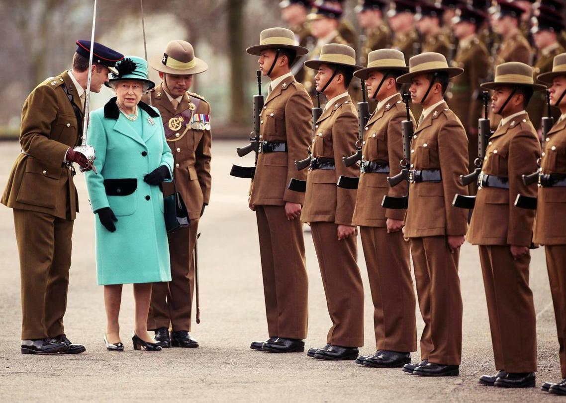 圖為女王與從尼泊爾招募的英軍「廓爾喀部隊」。 圖/路透社
