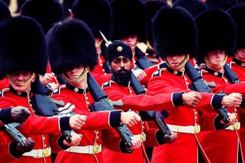 英國宣布將放寬限制向大英國協公民募兵。圖為今年6月,白金漢宮的「英女王壽辰閱兵分...