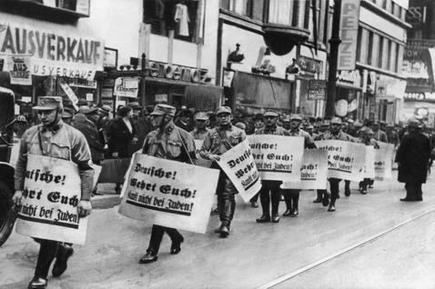 1938年的「水晶之夜」(Kristallnacht),德國街市上的猶太商店慘遭...