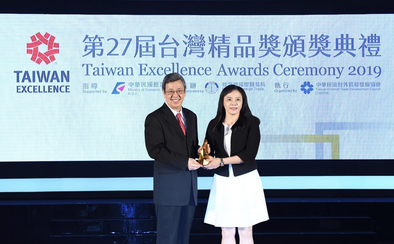 陳建仁副總統(左掌)頒獎給上銀科技彭彥祺副總經理(右)。 上銀科技╱提供