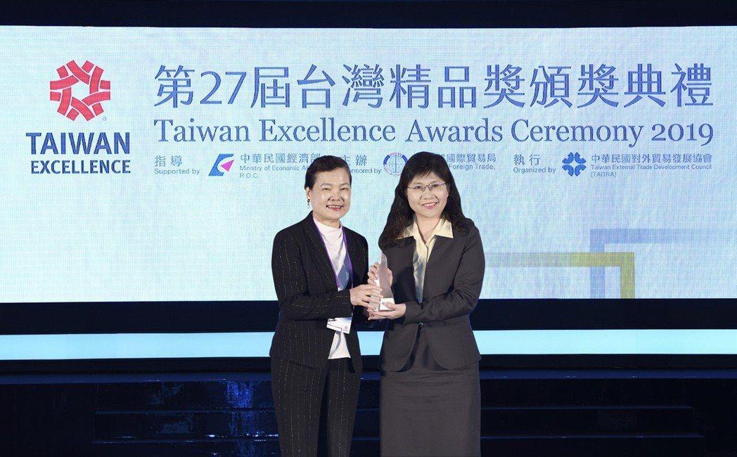 經濟部王美花常務次長(左)頒獎給大銀微系統陳美燕協理(右)。 上銀科技╱提供