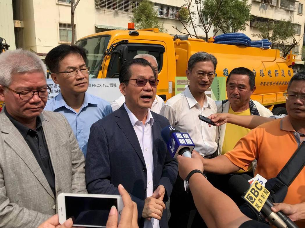 環保署署長李應元(前排左二)在高雄市沼液沼渣集運車輛前接受媒體聯訪。項家麟/攝影