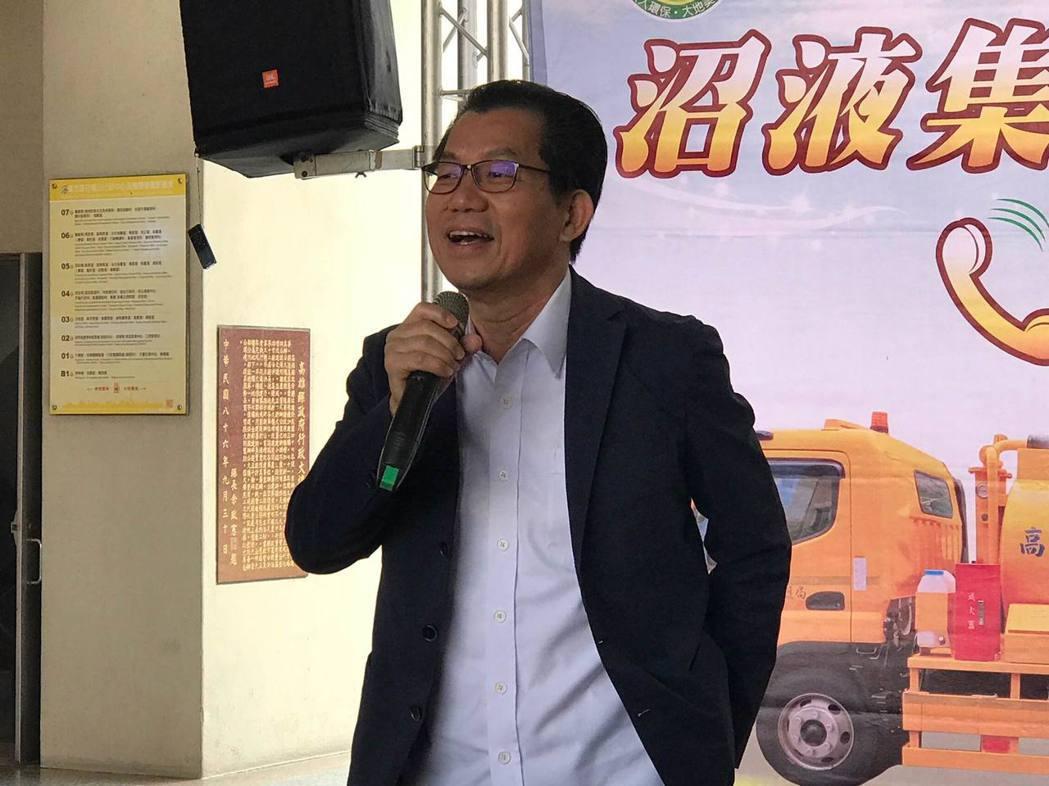 環保署署長李應元在高雄市沼液沼渣集運車輛交車儀式致詞。項家麟/攝影