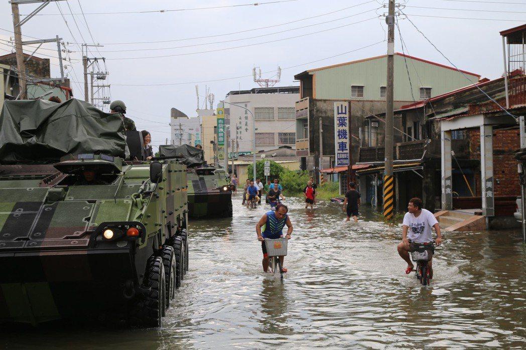 823水災,總統蔡英文乘雲豹車進入災區,引起爭議。記者謝恩得/翻攝