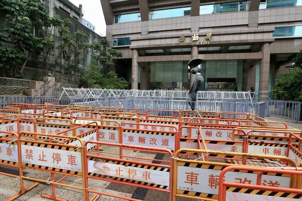 一例一休再修法,勞動部外設置了三層路障,民眾笑稱「像走迷宮」。圖╱聯合報系資料照...