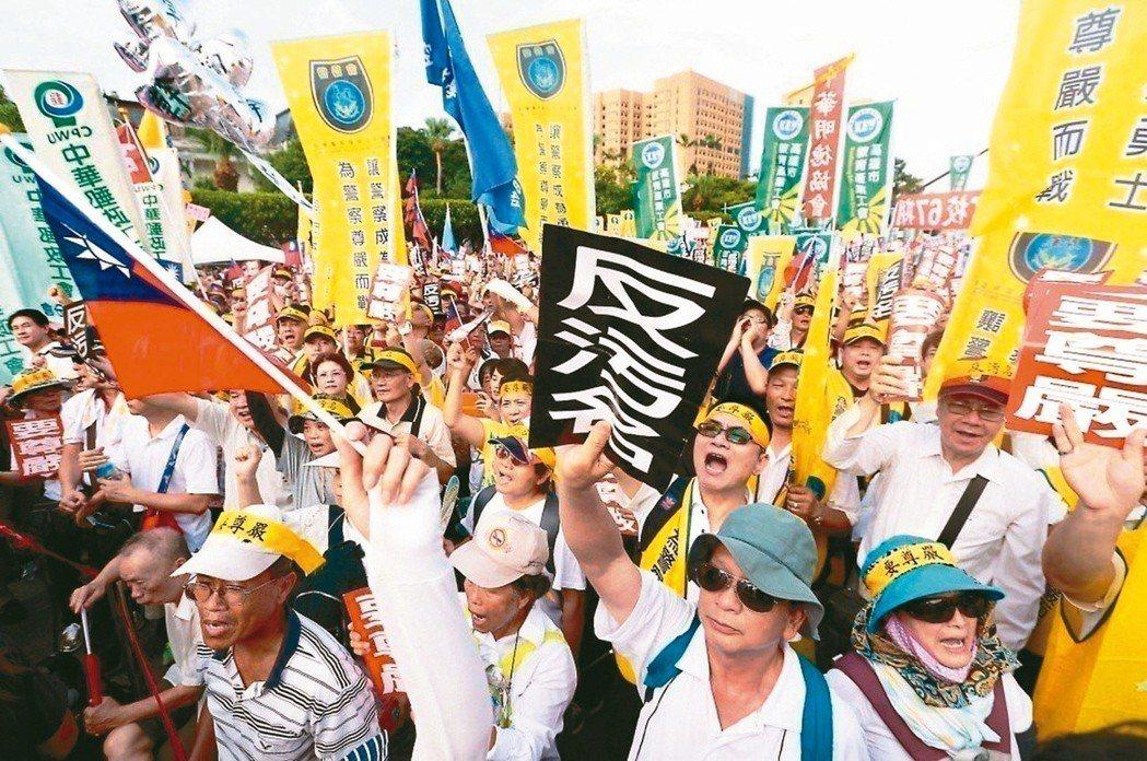 軍公教年金改革七月上路,軍公教人員頻上街頭發出怒吼。圖╱聯合報系資料照片