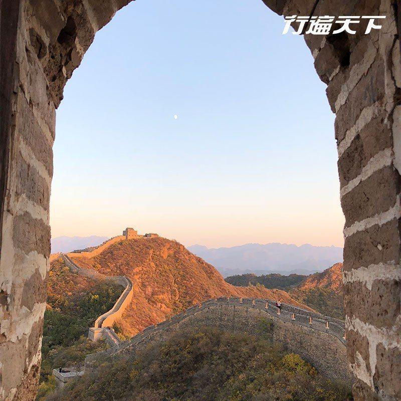 透過野長城的拱窗,將歷史納入眼內。  攝影|行遍天下