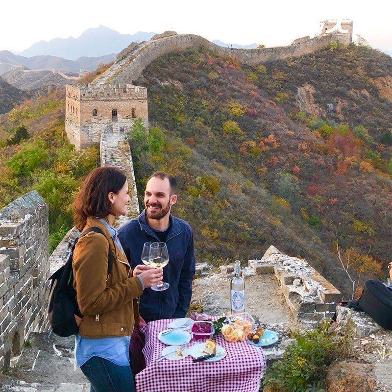 也有外國遊客好心情,鋪上餐墊放上小點,享受長城午茶時光。  攝影|行遍天下