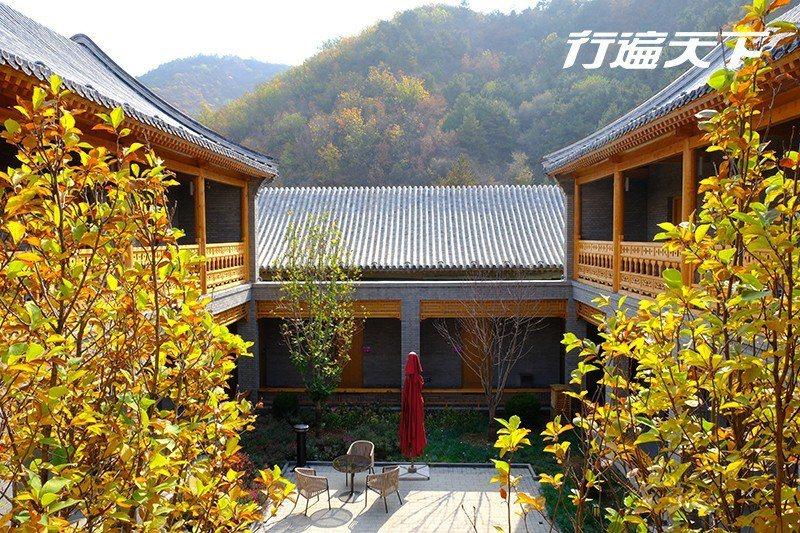 酒店座落於山谷間,房間被綠意溫柔的包圍著。  攝影|行遍天下