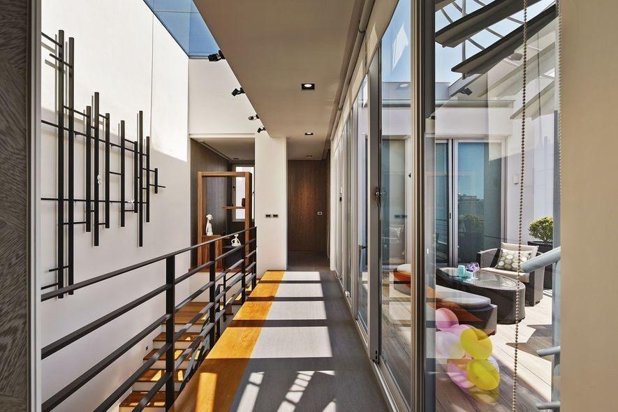 (圖)黃靜文室內設計 設計作品《凝白之間》中以俐落的鐵件創造豐富的光影視覺