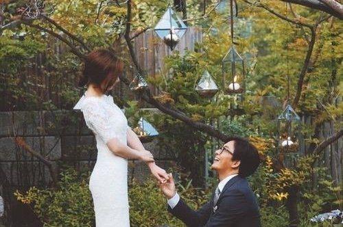 46歲的韓國男星裴勇俊2015年與小13歲的朴秀珍結婚,之前還宣布妻子已懷第二胎的喜訊。裴勇俊婚前極少認愛,但2003年曾認了與他7歲的李思江交往,而39歲的李思江如今也爆出婚訊,嫁給小她11歲的男...