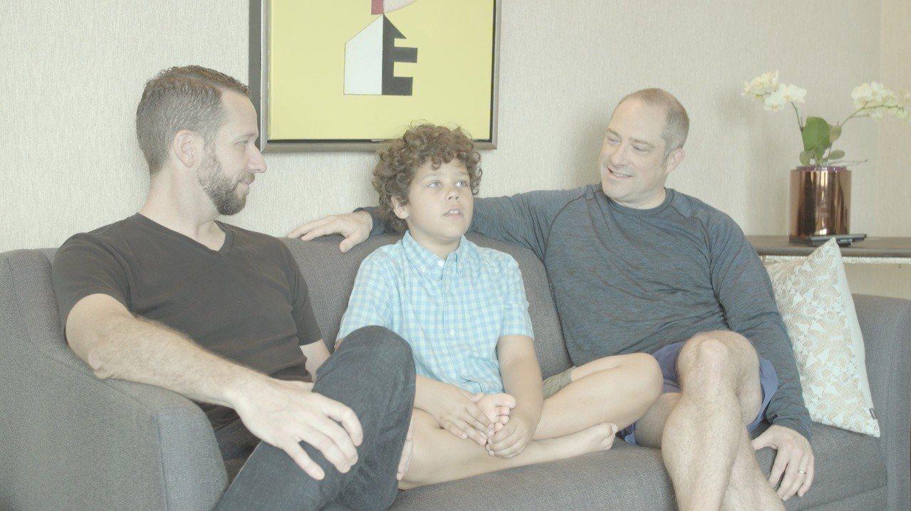 格雷森與他的兩個爸爸一同受訪。圖/傑德影音提供