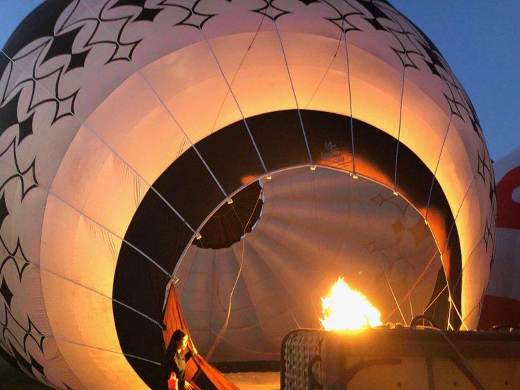 熱氣球升空前的準備。圖/記者錢欽青攝影。