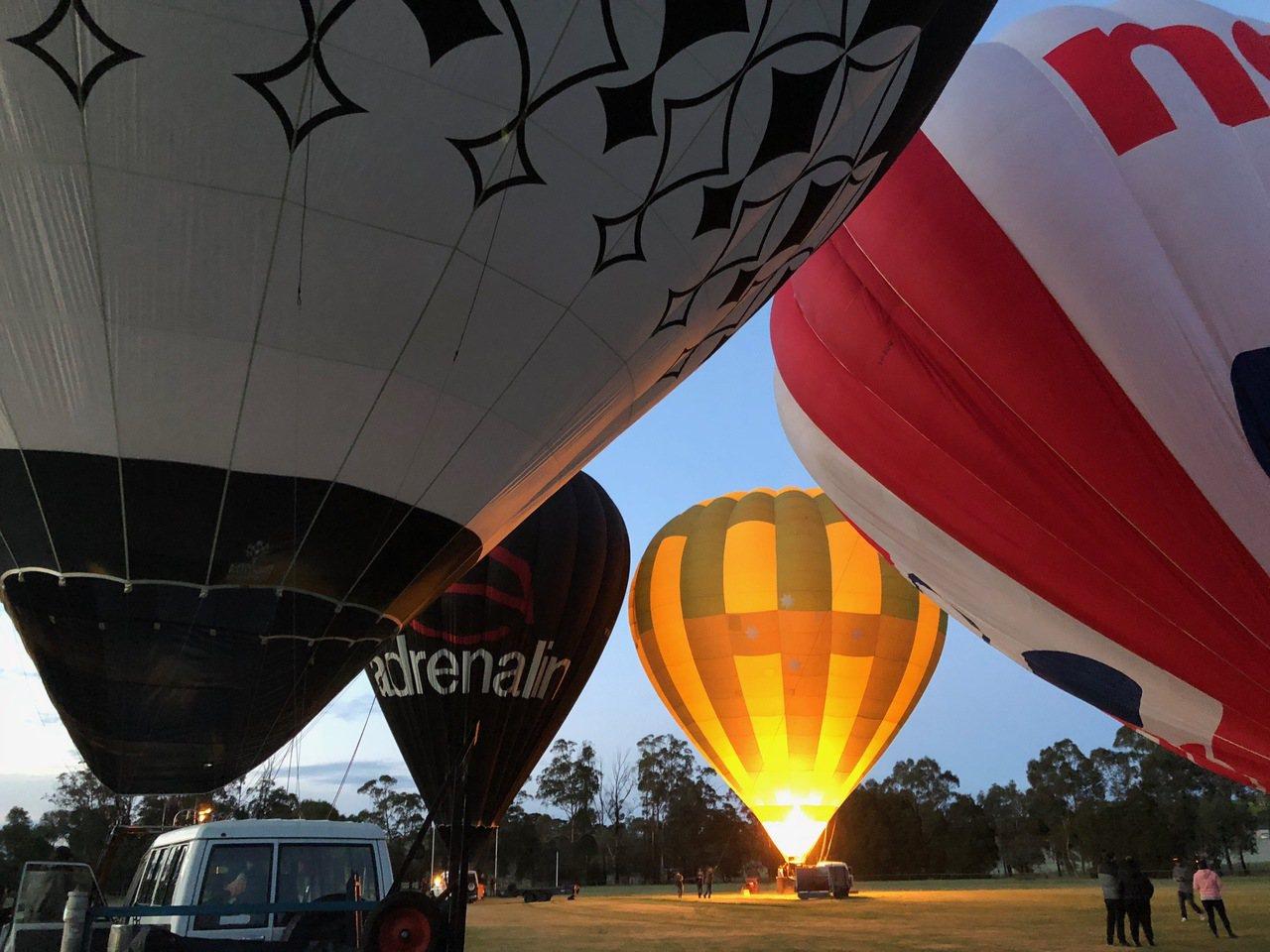熱氣球最好的攝影角度是拍鄰居的起落。記者錢欽青攝影。