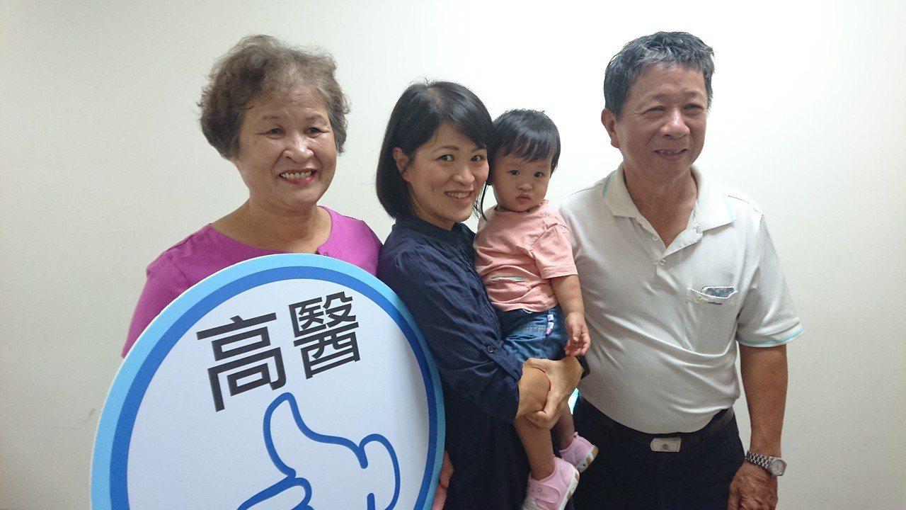43歲的新手媽媽黃小姐(左二)一度因乳房引流手術痛到無法擠出奶水,靠著哺乳衛教師...