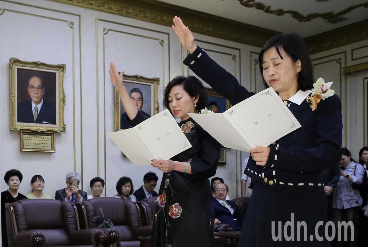 民進黨籍陳靜敏(左)、國民黨籍林奕華(右)遞補不分區立委,上午兩人在大法官監誓下...