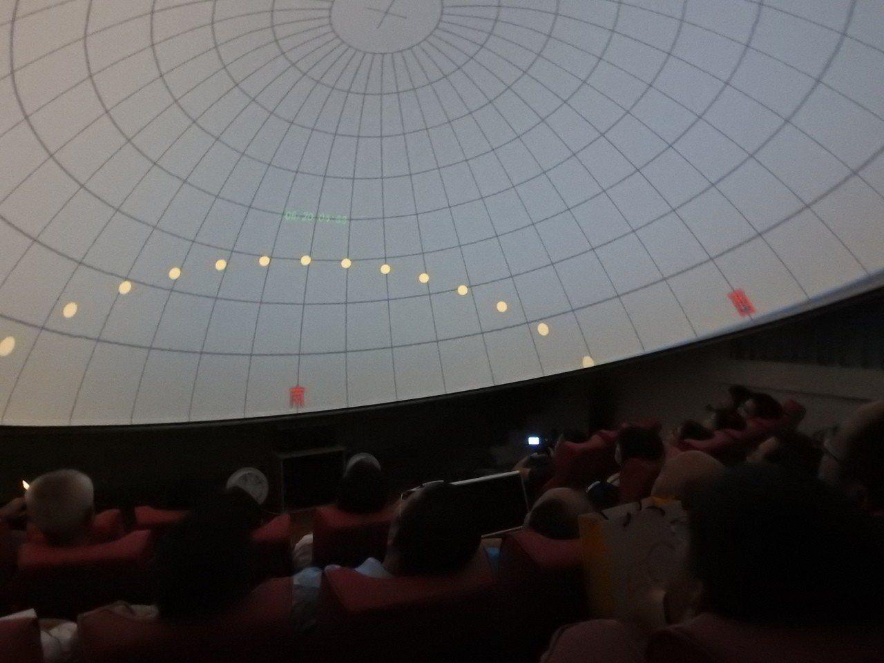 觀眾可躺坐仰望數位星象儀,全天域觀察自然美景或天文科學知識。記者賴香珊/攝影