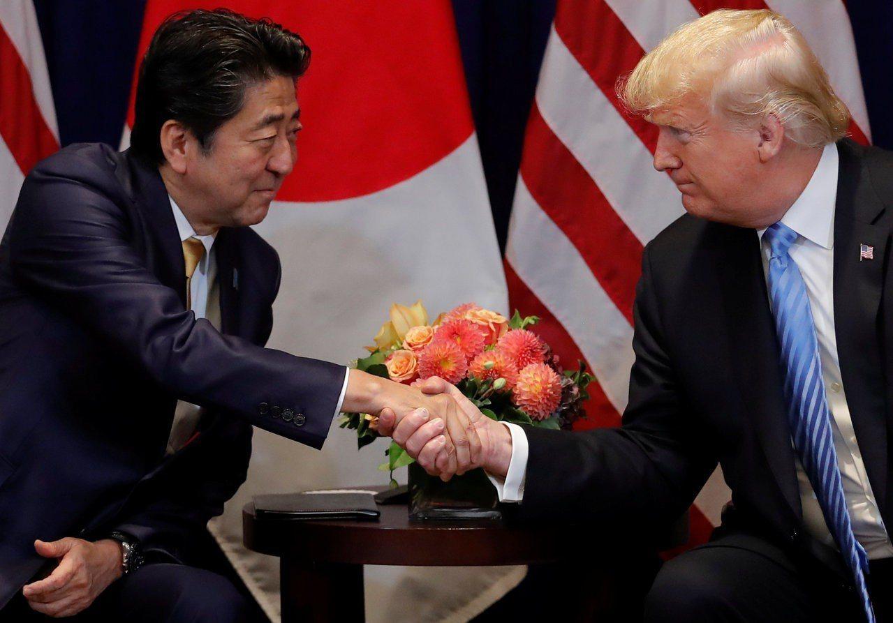 日本首相安倍晉三(左)今天上午與美國總統川普電話會談。圖為今年9月兩人會面。路透