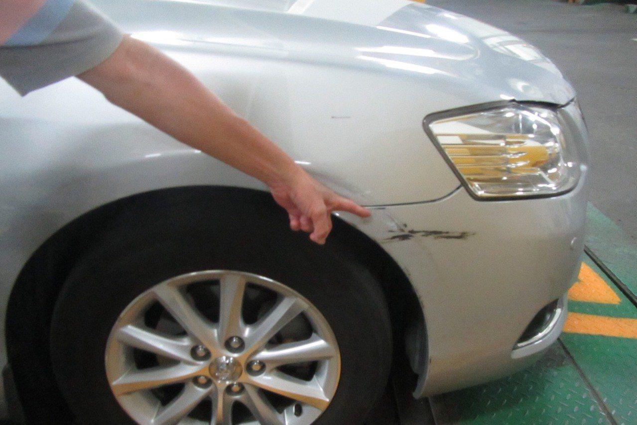 台中市駱姓男子駕駛的BMW5系列轎車日前違規停車在南區大慶街二段,被駱姓男子開車...