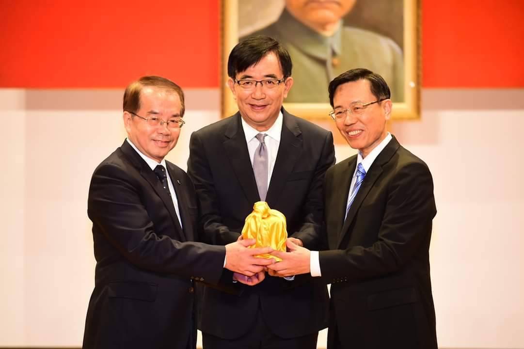 張政源(右)今在交通部長吳宏謀(中)的監交下,從鹿潔身(左)手裡接下台鐵局長的印...